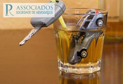 fotografia de carro de brincar imerso num copo de licor